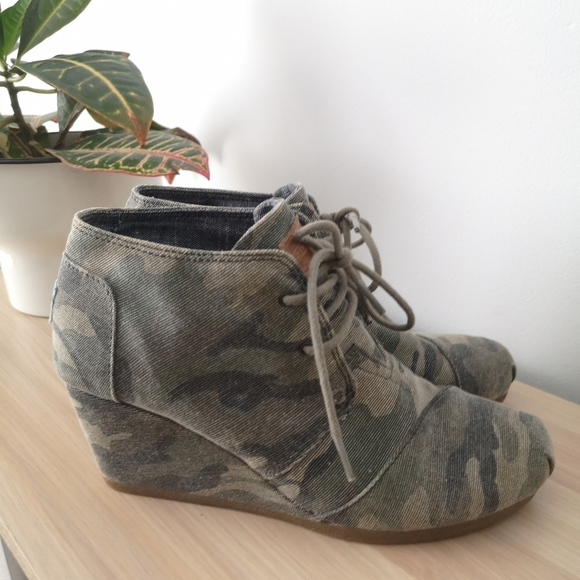 Tom's washed camo canvass desert wedges